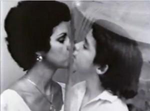 David besa a su madre a través de la burbuja de plástico