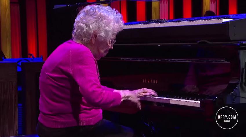 Con 98 años y toca el piano con una maestría impresionante