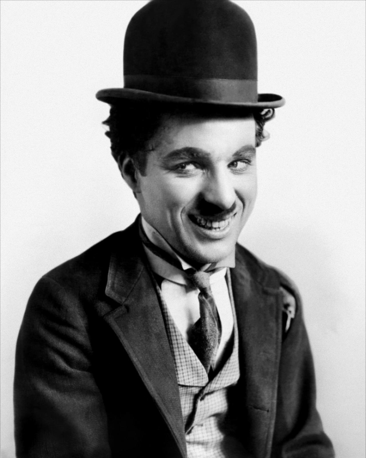 Chaplin caracterizado como Charlot.