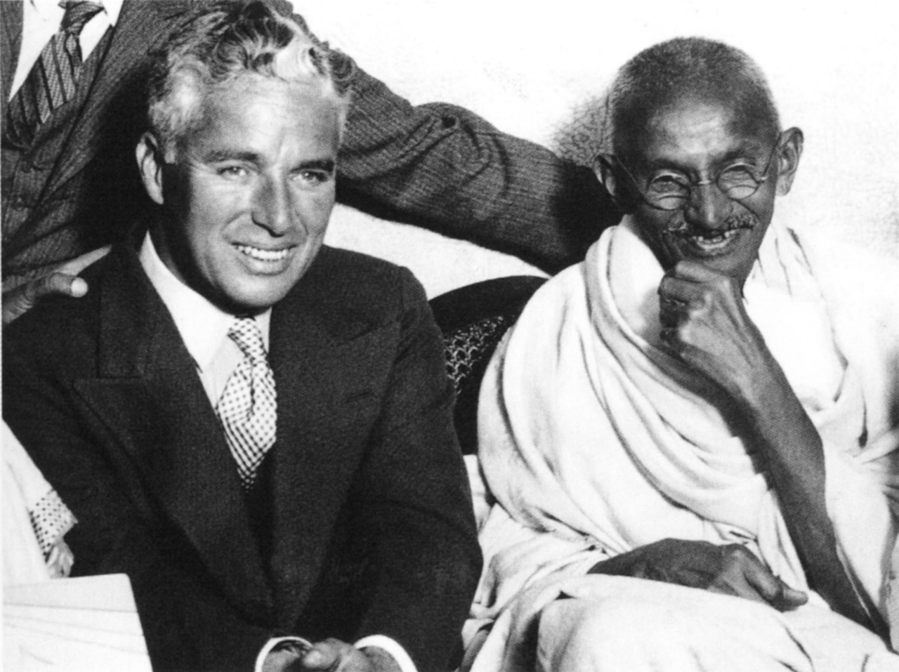 Charles Chaplin con Mahatma Gandhi.