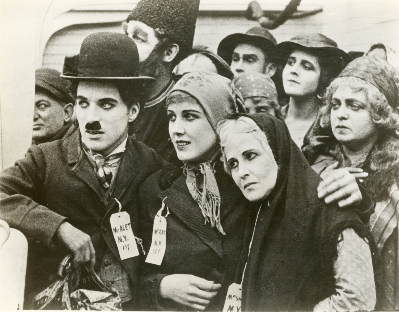 Charles Chaplin junto a Edna Purviance en The Immigrant (1917).