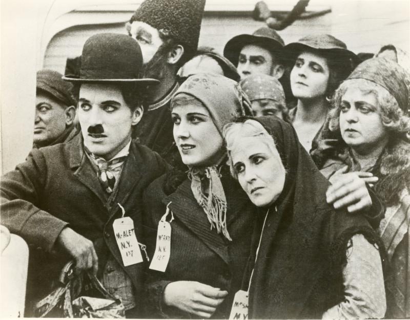 Charles Chaplin junto a Edna Purviance en The Immigrant (1917).