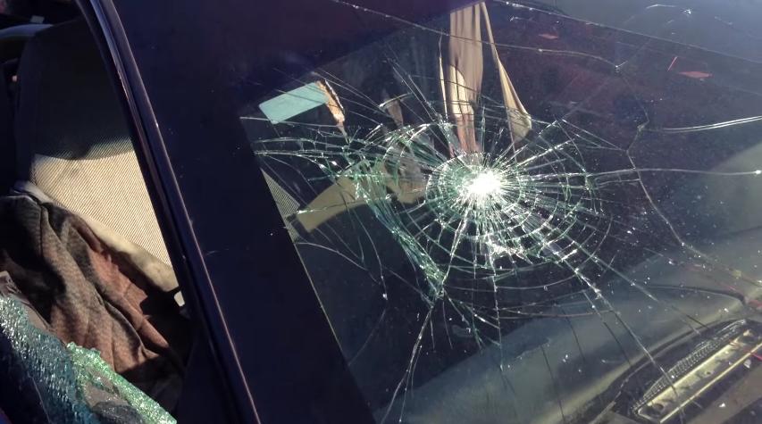 Así es como se queda un cristal laminado después de un fuerte impacto de un martillo