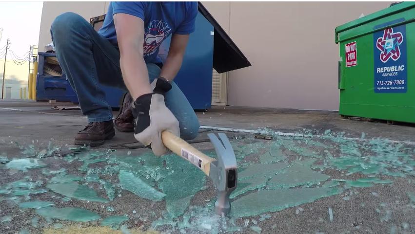 Así se rompe el vidrio templado, si lo golpeas en el lugar correcto