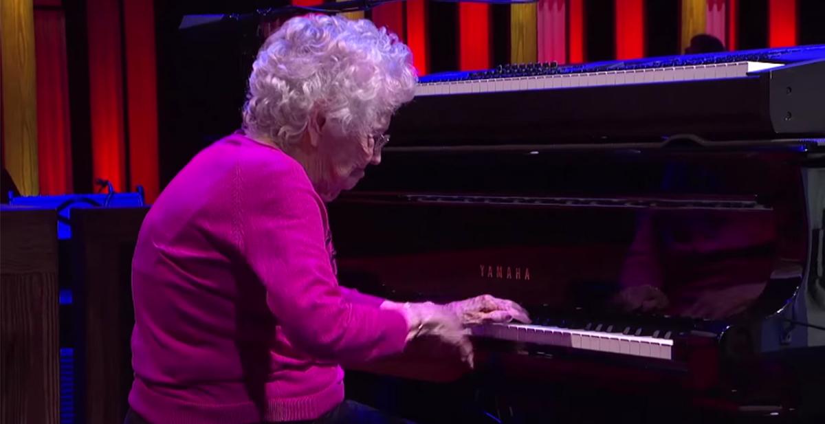 la anciana de 98 años que actuo en el programa de musica country grand ole opry