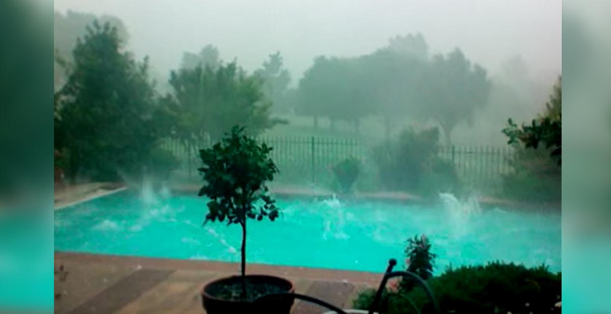 megatormenta de granizo en una piscina