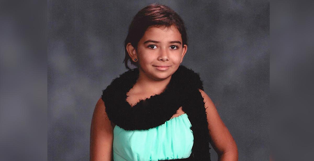 niña de 11 años ayuda a interpretar el lenguaje de signos señas en un accidente de trafico