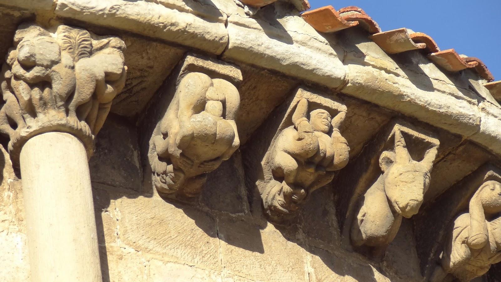 Colegiata de San Pedro de Cervatos (Cantabria). Capiteles y canecillos con representaciones de posturas sexuales
