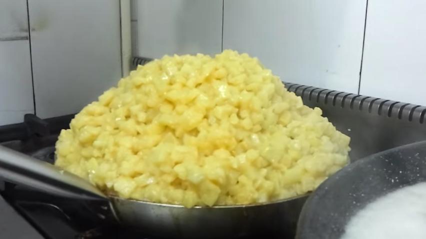 tortilla de patatas de 30 huevos de un par de cadiz