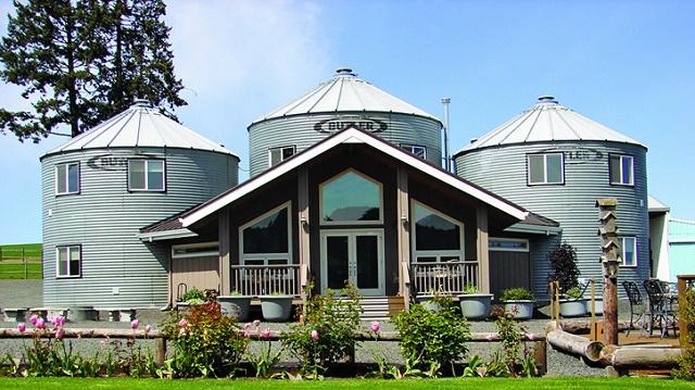 casa rural construida a partir de unos silos de aceite 1