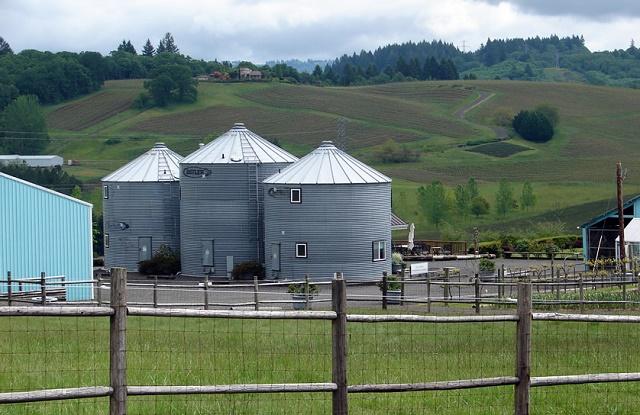 casa rural construida a partir de unos silos de aceite 5