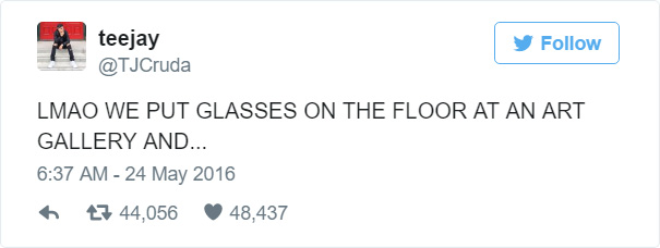 gafas en un museo de arte moderno 2