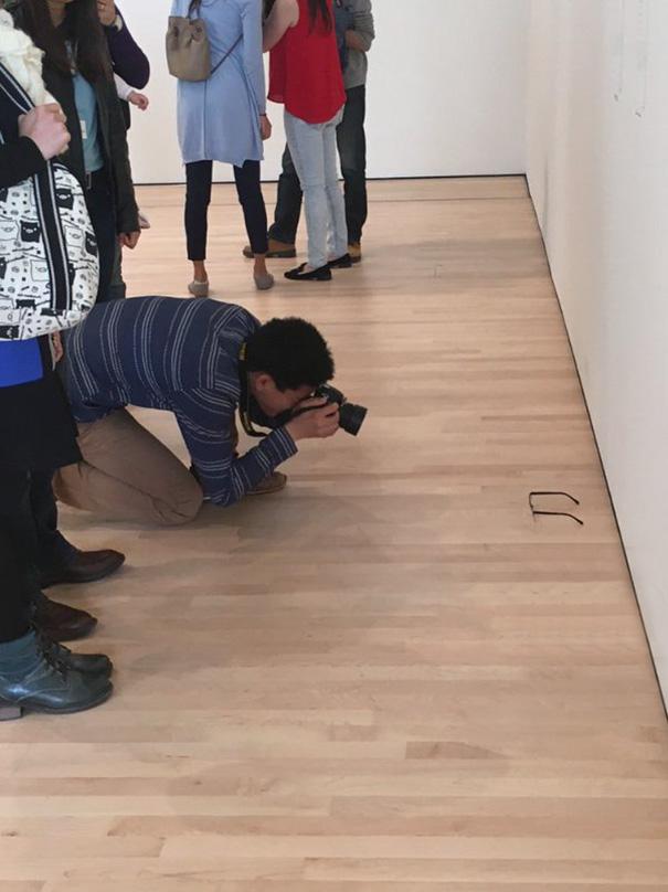 gafas en un museo de arte moderno 3
