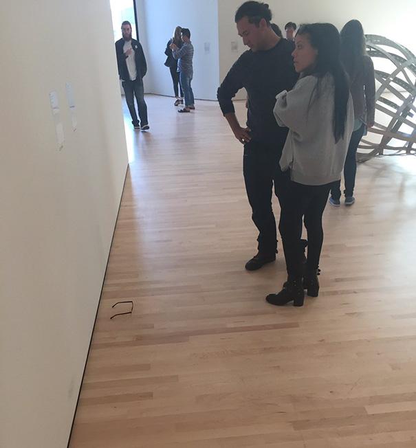 gafas en un museo de arte moderno 4