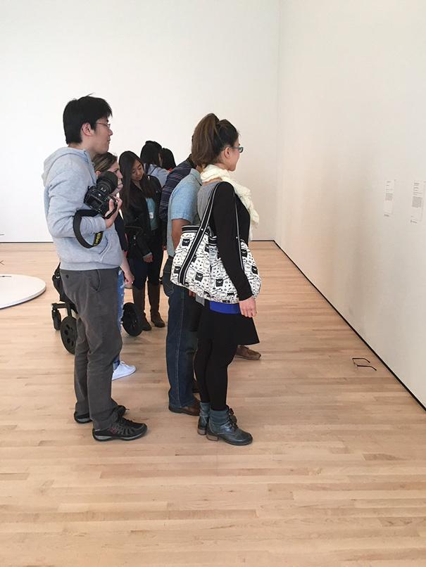 gafas en un museo de arte moderno 5
