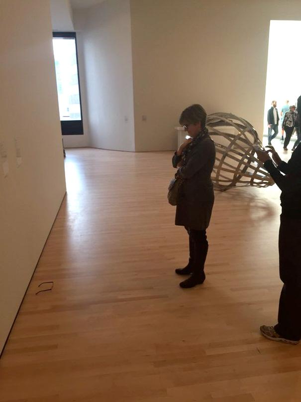 gafas en un museo de arte moderno 6