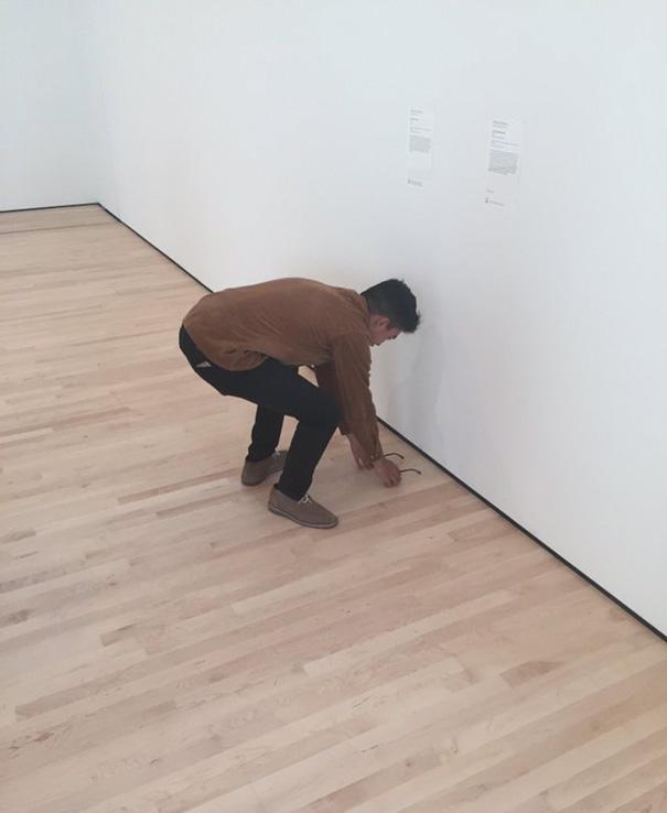 gafas en un museo de arte moderno 7