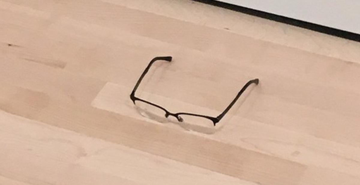 la broma de las gafas en el museo de arte moderno