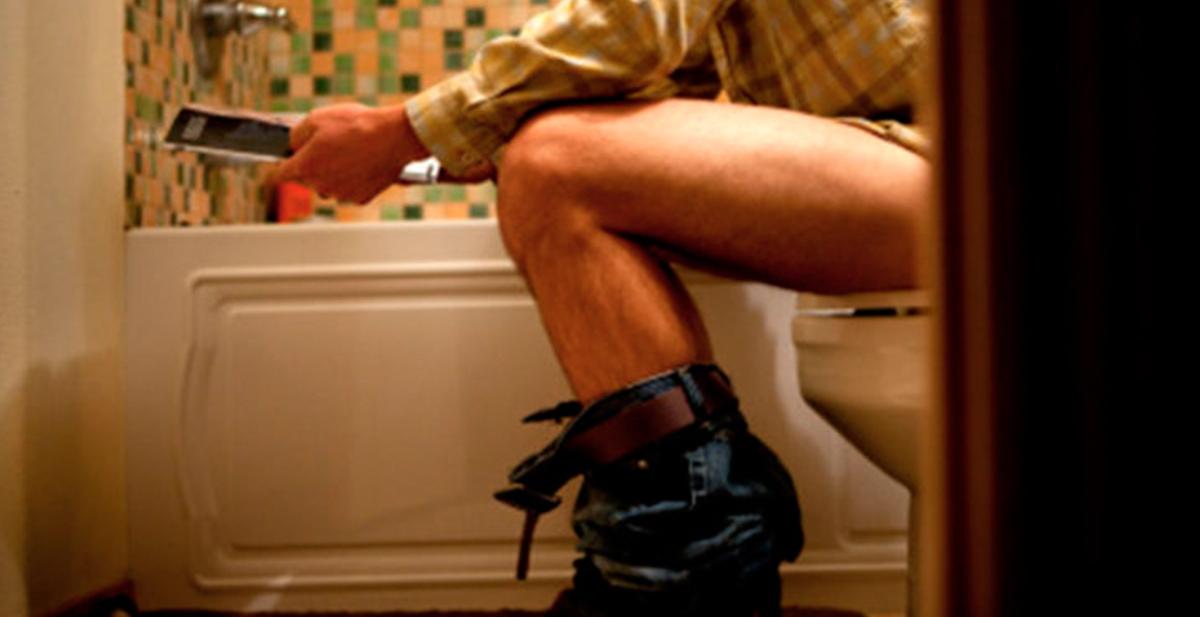la forma correcta de sentarse en el wc