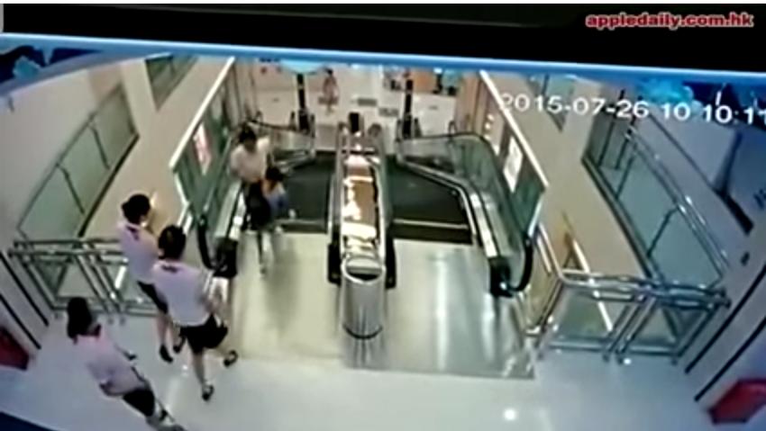 mucjer china engullida por una escalera mecanica