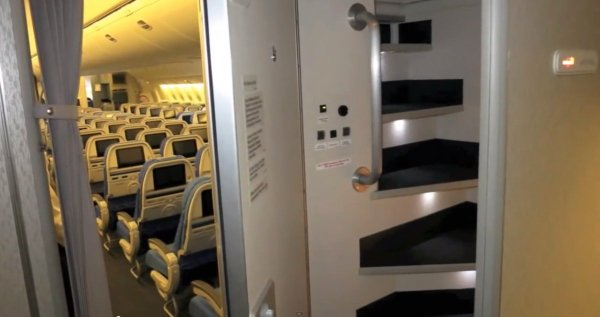 did-you-know-flight-attendants-and-pilots-have-secret-bedrooms-on-planes-16-photos-13