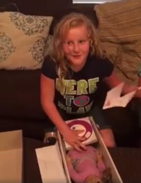le regalan una muñeca con una protesis igual que la suya y la niña se emociona 1
