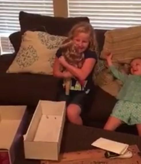 le regalan una muñeca con una protesis igual que la suya y la niña se emociona 2