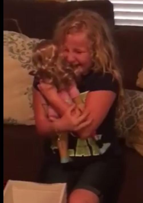 le regalan una muñeca con una protesis igual que la suya y la niña se emociona 3