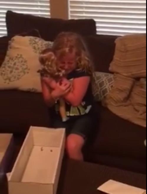le regalan una muñeca con una protesis igual que la suya y la niña se emociona 4