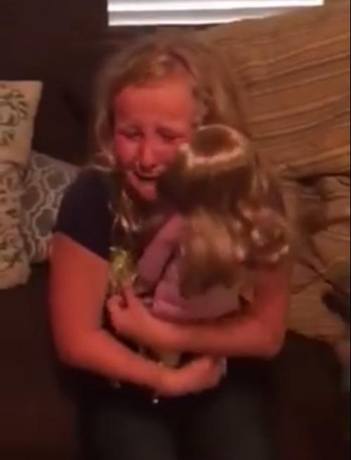le regalan una muñeca con una protesis igual que la suya y la niña se emociona 5