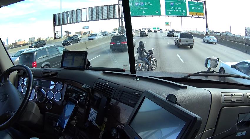 Sin gasolina en una autopista de 5 carriles, la cosa se pone muy peligrosa