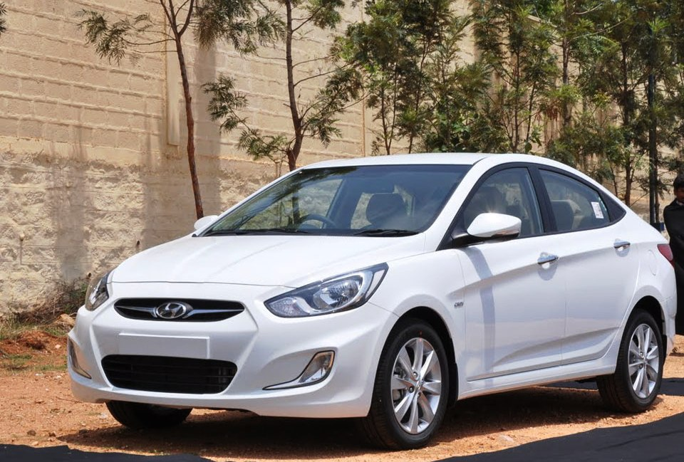 Hyundai-Fluidic-Verna-in-White-Colour