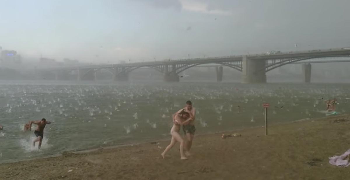 La gente huye despavorida de los enormes trozos de hielo que caen desde el cielo