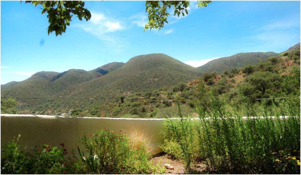 foto con ilusión optica de unas montañas con un lago 1