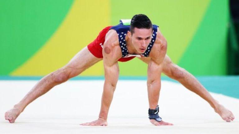 El gimnasta estadounidense Alex Naddour y otros deportistas olímpicos estadounidenses aseguran que la ventosaterapia les funciona.