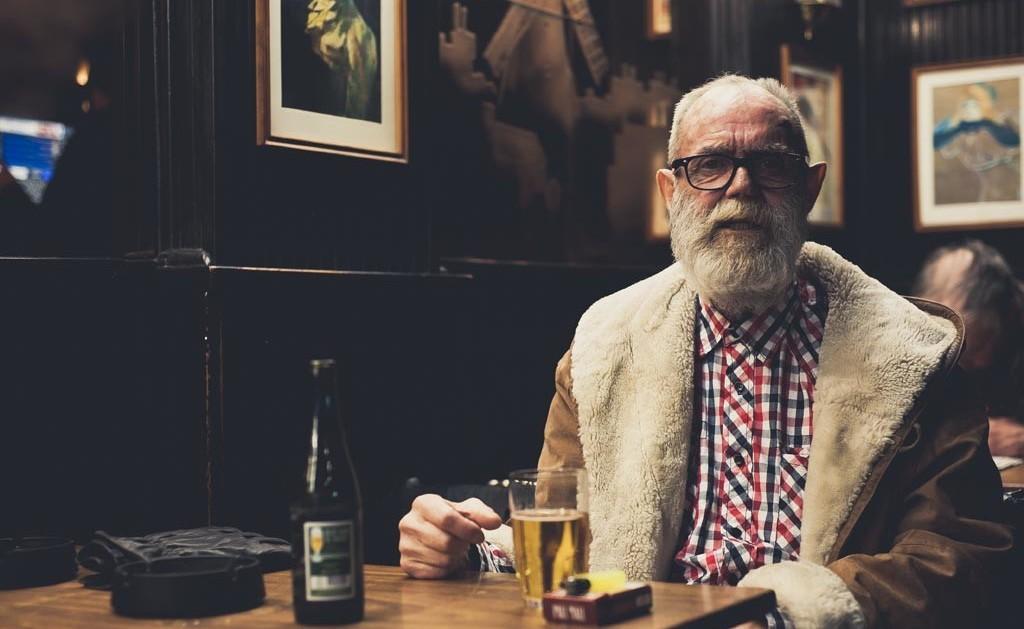 anciano en la barra del bar