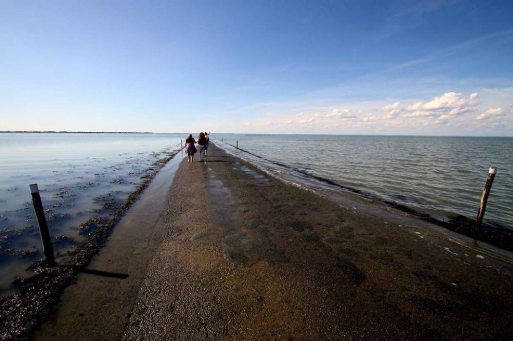la carretera que acaba bajo el mar todos los dias 8