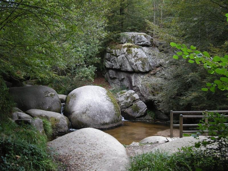 La roca de 137 toneladas que cualquiera puede mover y otras curiosidades del bosque de Huelgoat Rocas-Huelgoat-foto-1