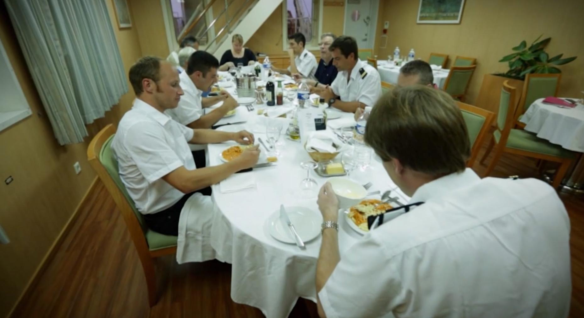 Comedor común para turistas, capitán y tripulación en un buque de carga de la compañía cma-cgm
