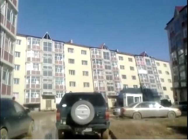 edificio ruso que se hunde al soplar el viento