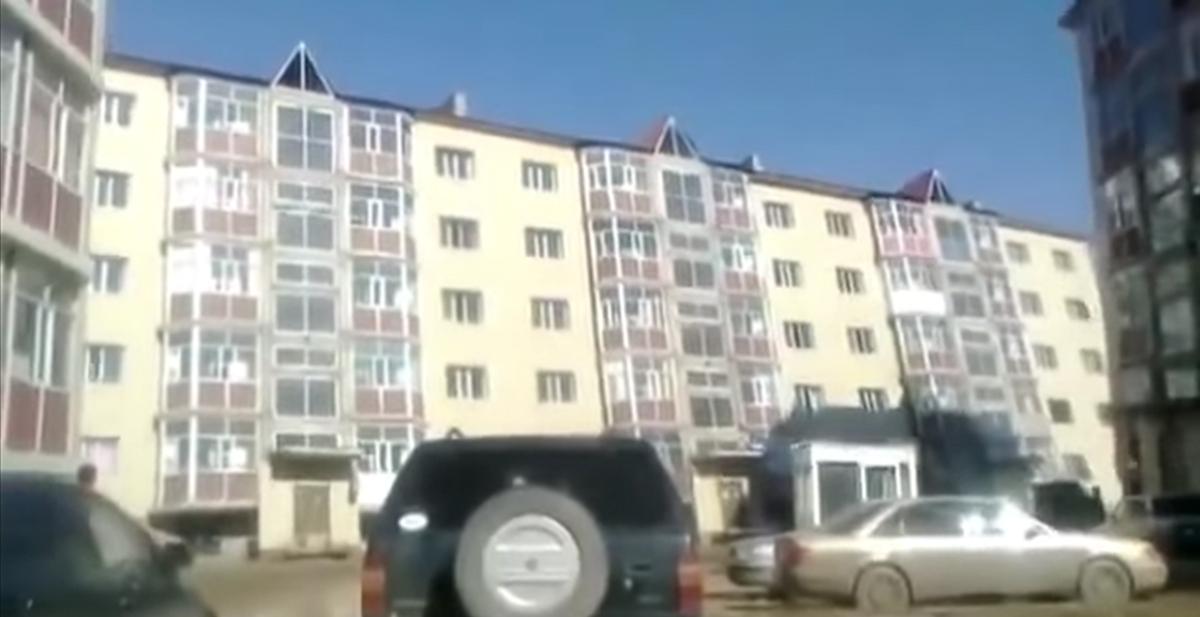 edificio ruso se viene abajo cuando sopla el aire