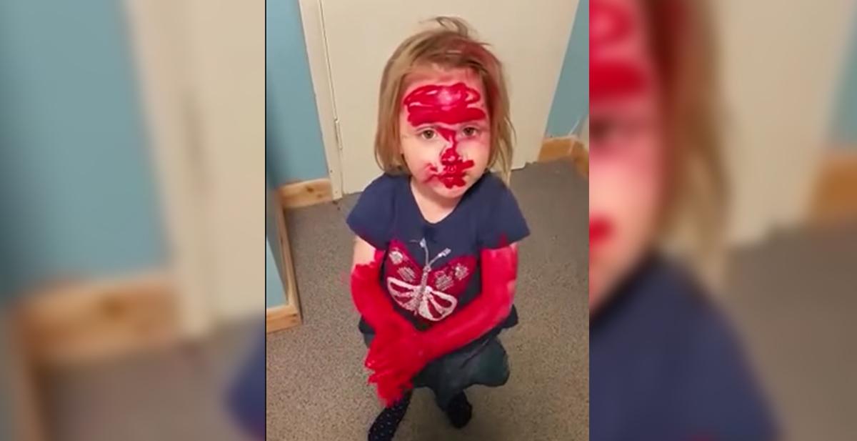 nina se pinta con lapiz de labios para parecerse a spiderman