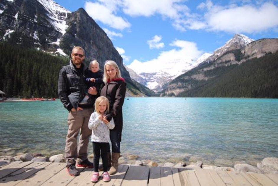 Brett y Kerry Walkins, junto a sus hijos, de 5 y 1 año de edad
