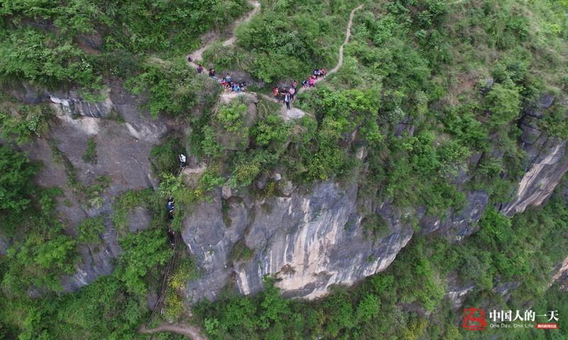 el peligroso camino al colegio de los ninos de un pueblo chino 10