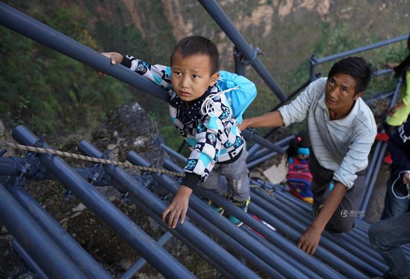 el peligroso camino al colegio de los ninos de un pueblo chino 11