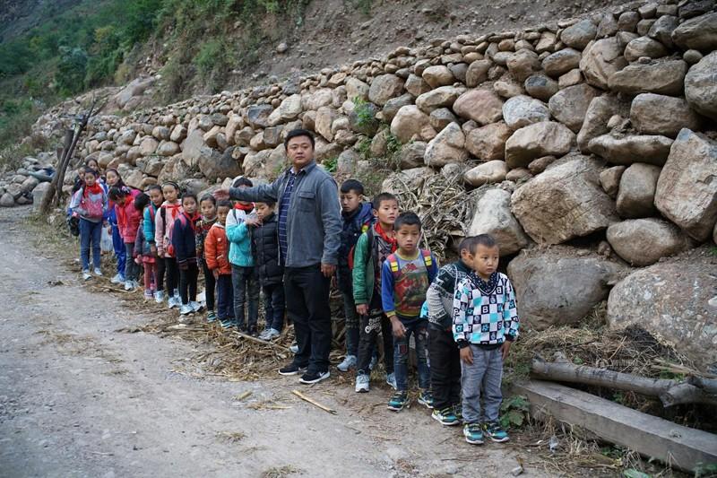 el peligroso camino al colegio de los ninos de un pueblo chino 12