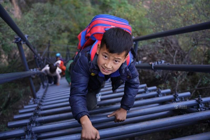 el peligroso camino al colegio de los ninos de un pueblo chino 13