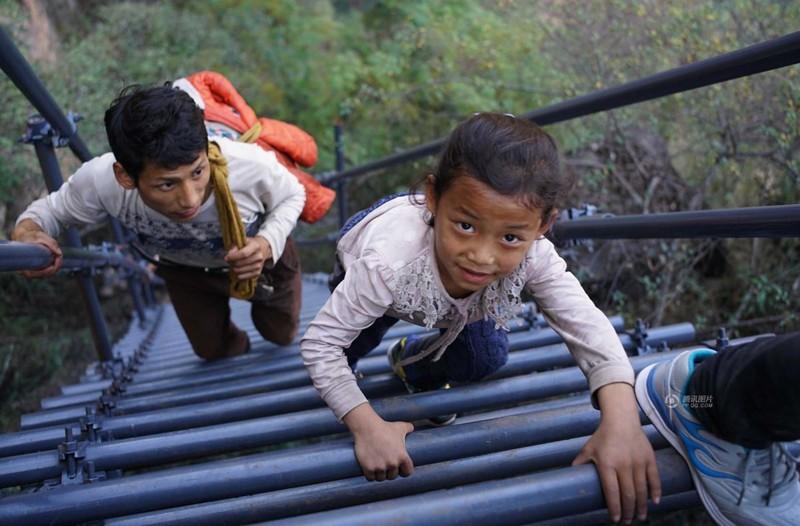 el peligroso camino al colegio de los ninos de un pueblo chino 14