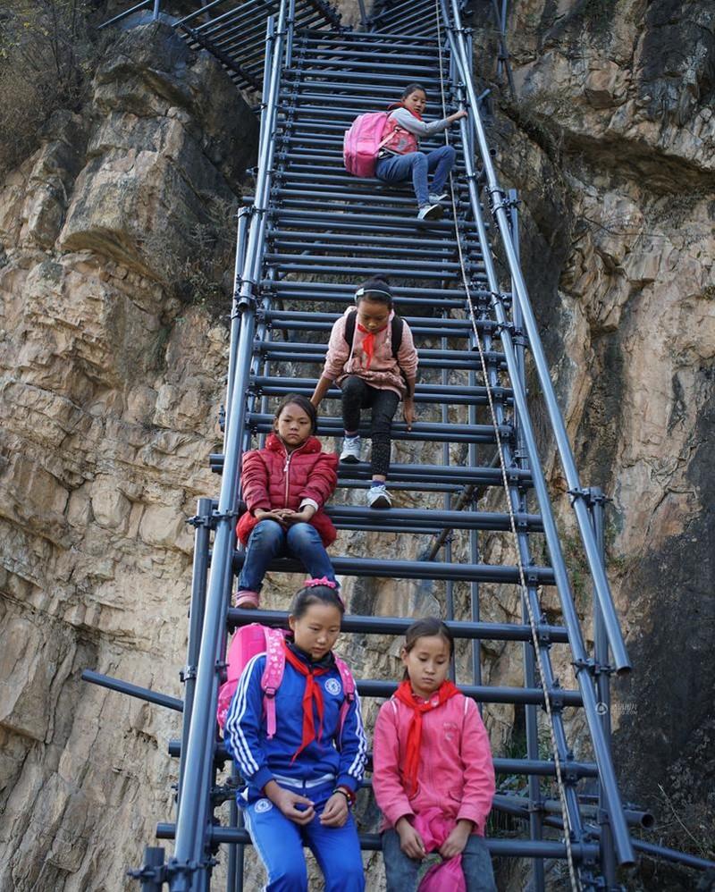 el peligroso camino al colegio de los ninos de un pueblo chino 15