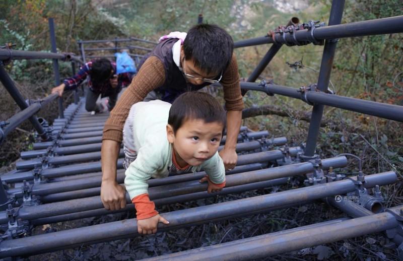 el peligroso camino al colegio de los ninos de un pueblo chino 16